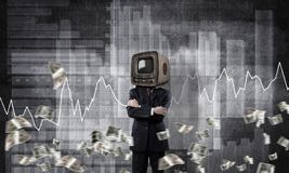 Zakenman met oude TV in plaats van hoofd Royalty-vrije Stock Afbeeldingen