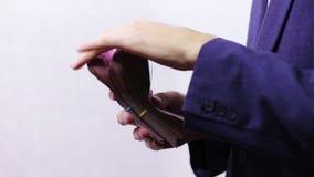 Zakenman met Pakjes van Geld in Handen stock videobeelden