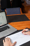 Zakenman met pen, documenten, en laptop Stock Fotografie