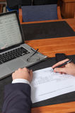 Zakenman met pen, documenten, laptop en smartphone Royalty-vrije Stock Foto's