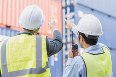 Zakenman met personeel in logistisch, de uitvoer, de de invoerindustrie Stock Afbeeldingen