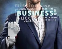Zakenman met robotachtig handpunt op bedrijfswoordwolk het 3d teruggeven Stock Fotografie