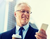 Zakenman met smartphone en koffie in stad stock afbeeldingen