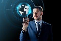 Zakenman met smartphone en virtuele bol Royalty-vrije Stock Foto