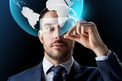 Zakenman met smartphone en virtuele bol Royalty-vrije Stock Afbeelding