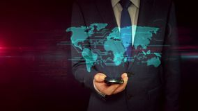 Zakenman met smartphone en wereld het concept van het kaarthologram stock footage