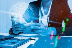 Zakenman met smartphone Interface de wereldwijd van de verbindingstechnologie Bedrijfsconcept, het concept van de Netwerkverbindi Royalty-vrije Stock Afbeeldingen