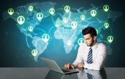 Zakenman met sociale media verbinding Stock Afbeeldingen