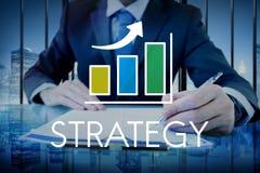 Zakenman met strategietekst en stijgende grafiekbekleding royalty-vrije stock afbeelding