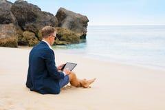 Zakenman met tablet op het strand stock afbeeldingen
