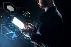 Zakenman met tabletpc en virtuele projectie Stock Afbeeldingen