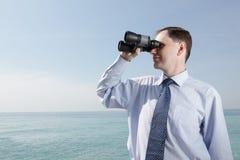 Zakenman met verrekijkers stock afbeelding
