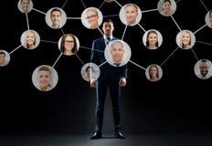 Zakenman met virtueel collectief netwerk Stock Afbeelding