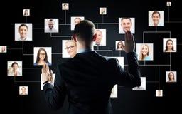 Zakenman met virtuele contactpictogrammen Royalty-vrije Stock Afbeelding