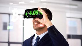 Zakenman met virtuele werkelijkheidshoofdtelefoon op kantoor stock video