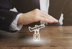 Zakenman met vliegtuig en bagagepictogram Het concept van de reisverzekering stock foto