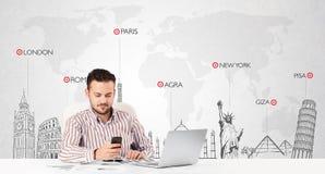 Zakenman met wereldkaart en belangrijke oriëntatiepunten van de wereld Royalty-vrije Stock Foto