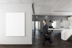 Zakenman in modern bureau met lege muur Stock Fotografie
