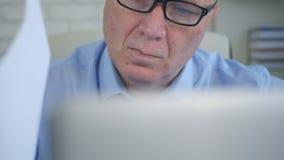 Zakenman Office Job Working met Laptop en Lezingsdocumenten royalty-vrije stock foto