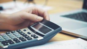 Zakenman om de kosten te berekenen en financiën in het bureau te maken, de taak van financiënmanagers, het bedrijfsconcept stock footage
