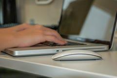 Zakenman of Onderneemster de Computer van Typing On Laptop in bureau stock foto