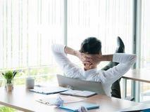 Zakenman ontspannend concept: zakenmanzitting met voeten omhoog bij bureau die uit venster in time rust kijken royalty-vrije stock foto's