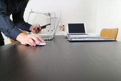 zakenman of Ontwerper die muis en slimme telefoon met latop a met behulp van royalty-vrije stock afbeeldingen