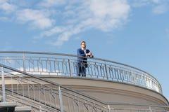 Zakenman op dak bij stad Stock Afbeeldingen