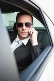 Zakenman op de telefoon die zonnebril dragen Stock Foto's