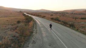 Zakenman op de weg in werking die wordt gesteld die stock videobeelden