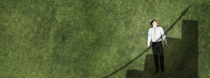 Zakenman op groen gras stock foto's