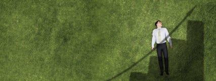 Zakenman op groen gras stock afbeeldingen