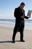 Zakenman op het strand stock fotografie