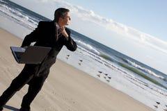 Zakenman op het strand royalty-vrije stock fotografie