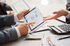 Zakenman op online Financiële Beoordeling royalty-vrije stock afbeeldingen