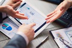 Zakenman op online Financiële Beoordeling op een tablet royalty-vrije stock afbeeldingen