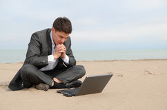 Zakenman op strand met laptop Royalty-vrije Stock Foto