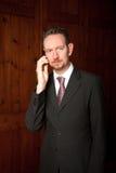 Zakenman op Telefoon met Houten Comités Stock Afbeeldingen