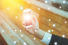 Zakenman op vage achtergrond die digitaal informatienet met mobiele telefoon gebruiken royalty-vrije stock afbeelding
