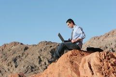 Zakenman op zijn laptop royalty-vrije stock foto's