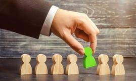 Zakenman op zoek naar nieuwe werknemers en specialisten Het concept personeelsselectie en beheer binnen het team royalty-vrije stock afbeelding