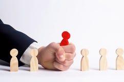 Zakenman op zoek naar nieuwe werknemers en specialisten Het concept personeelsselectie en beheer binnen het team verwerp royalty-vrije stock foto's