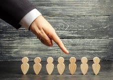 Zakenman op zoek naar nieuwe werknemers en specialisten Het concept personeelsselectie en beheer binnen het team verwerp stock afbeeldingen