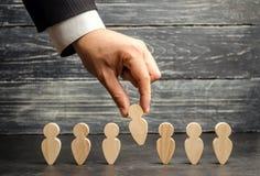 Zakenman op zoek naar nieuwe werknemers en specialisten Het concept personeelsselectie en beheer binnen het team verwerp royalty-vrije stock afbeelding