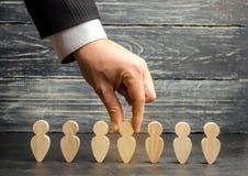 Zakenman op zoek naar nieuwe werknemers en specialisten Het concept personeelsselectie en beheer binnen het team verwerp stock afbeelding