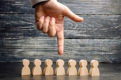 Zakenman op zoek naar nieuwe werknemers en specialisten Het concept personeelsselectie en beheer binnen het team verwerp royalty-vrije stock afbeeldingen