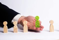Zakenman op zoek naar nieuwe werknemers Groen cijfer Het concept personeelsselectie en beheer binnen het team ontslag stock foto's