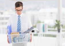 Zakenman overtollig met bezittingen in doos in bureau stock afbeeldingen