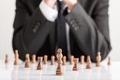 Zakenman in pak planningsstrategie met donker schaak F stock afbeeldingen