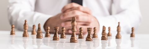 Zakenman planningsstrategie met schaakcijfers aangaande witte lijst royalty-vrije stock foto's